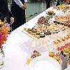 立食パーティのテーブルと食事