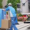 荷物を運び出す引っ越し業者