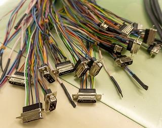 折り重なるコネクタ付きの配線