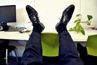 机の上に乗せた足