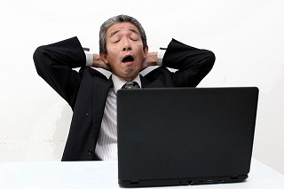 パソコンに向かう働かないおじさん