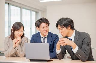 会議をする3人の会社員