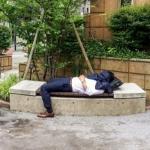 ベンチで寝るサラリーマン