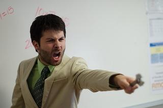 指を指して怒鳴る男性