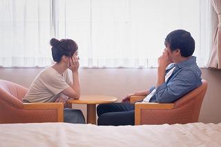 座って喧嘩する夫婦