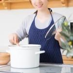 キッチンに立つ若い女性