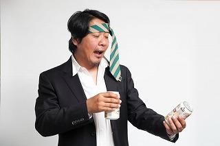 ネクタイを頭に巻いたおじさん