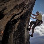 崖を登るロッククライマー