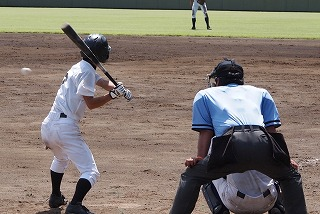 バットを構える野球選手