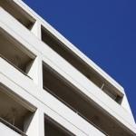 青空と集合住宅