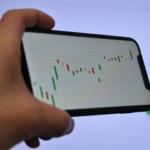 スマートフォンに表示される株価のチャート